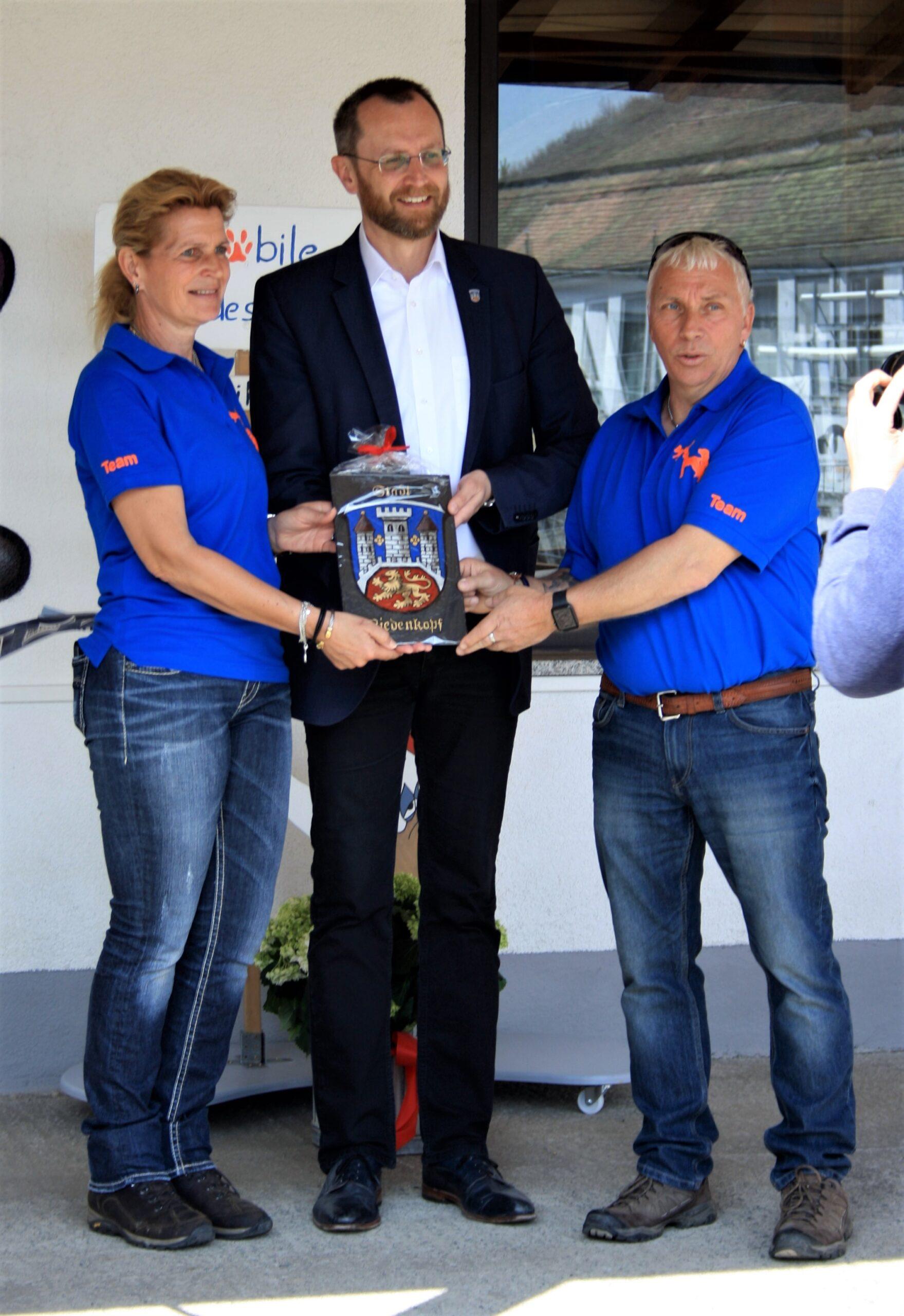 Bürgermeister Joachim Thiemig überreicht uns das Stadtwappen